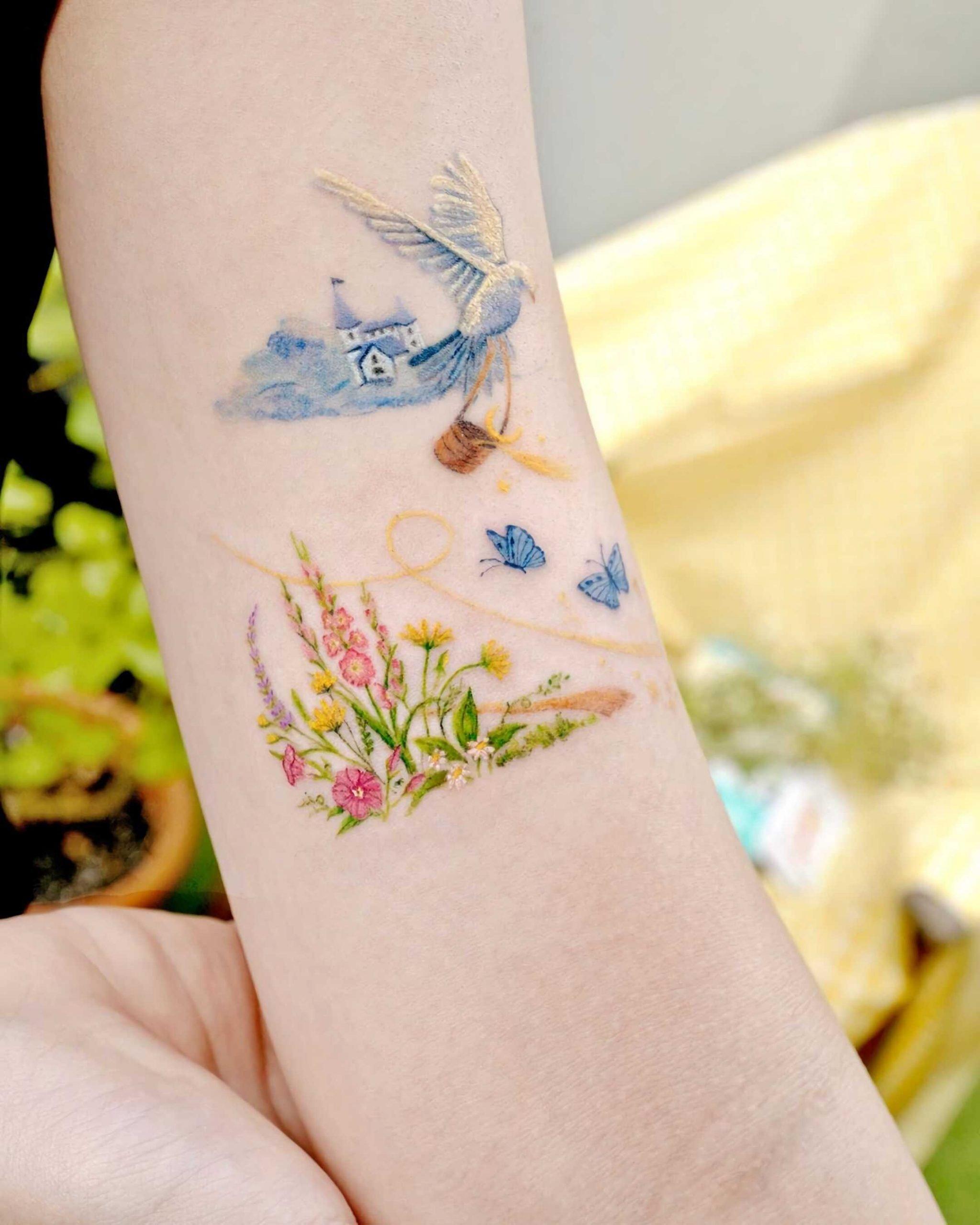 красивая, цветная татуировка на руке
