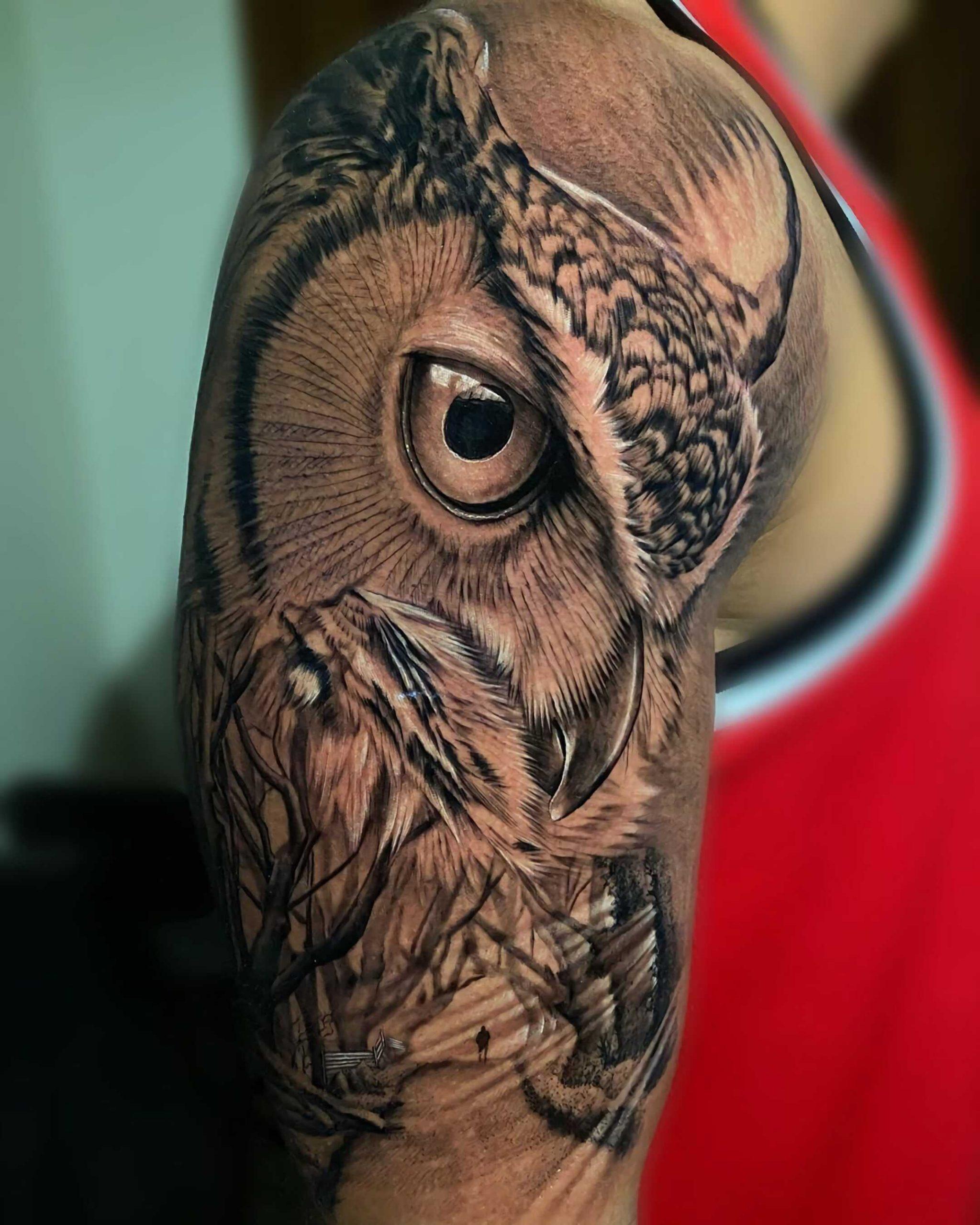 реалистическая татуировка совы на руке