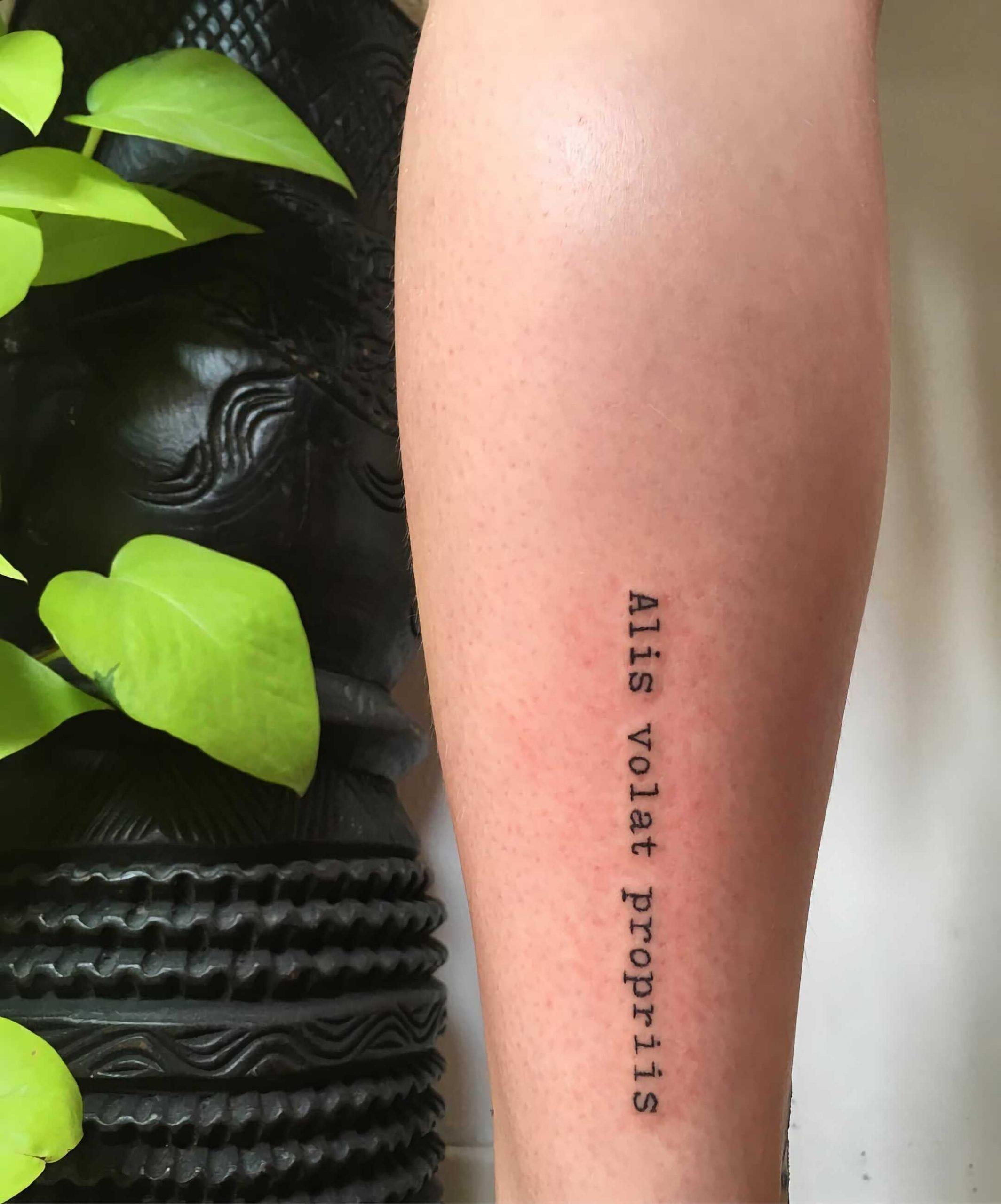 простое тату надпись на латыни на руке