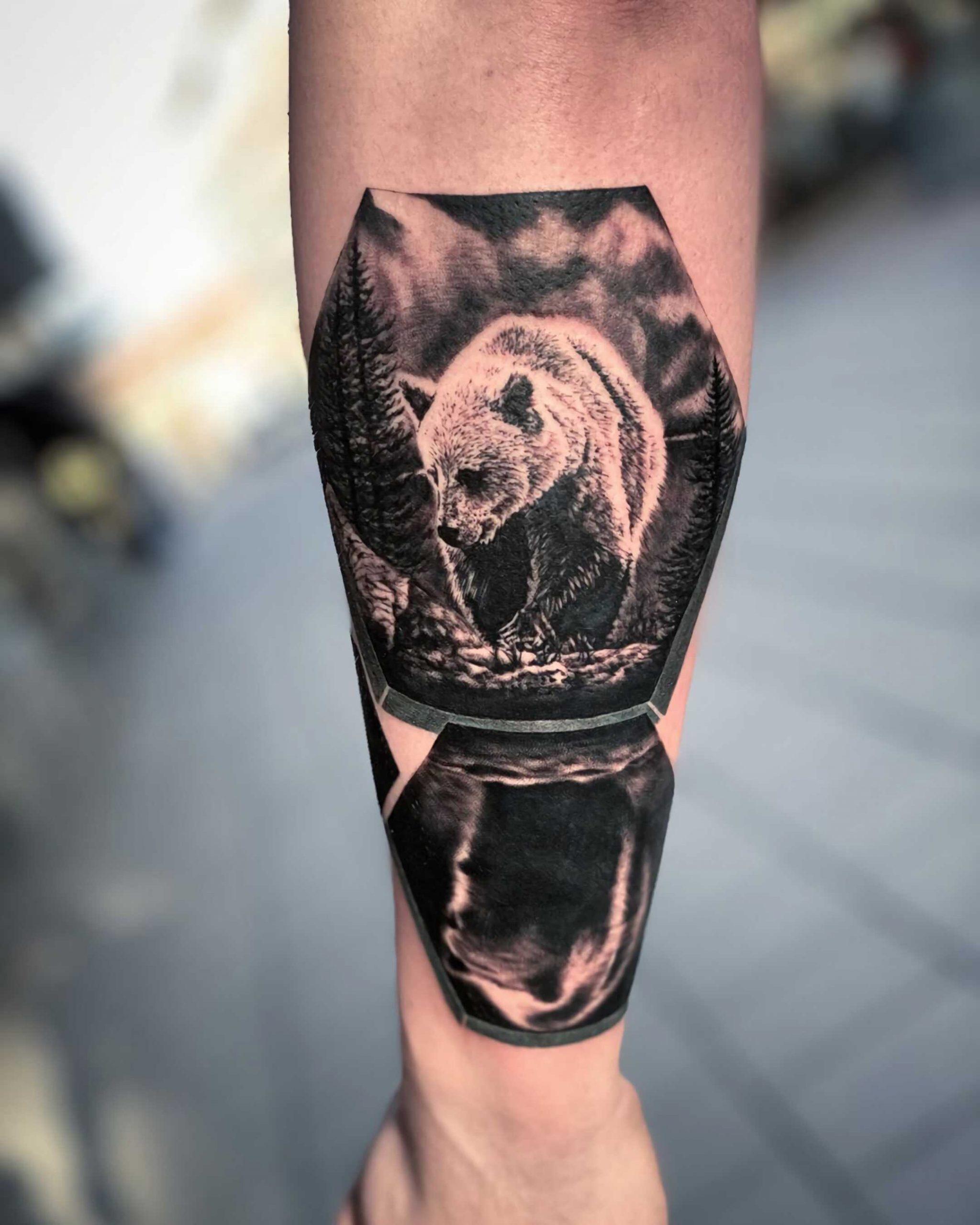 тату медведя и его отражения на руке