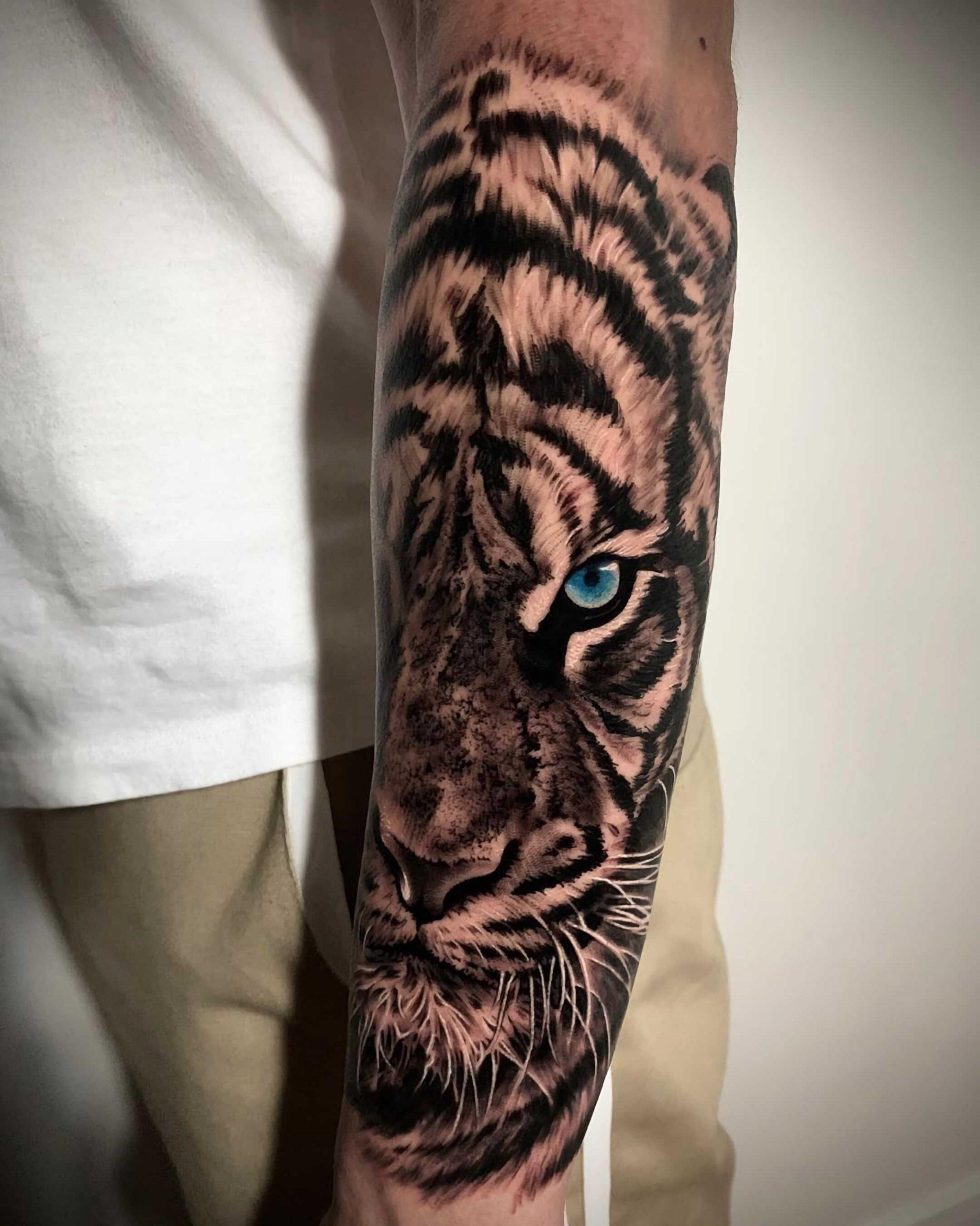 тату тигра с голубыми глазами