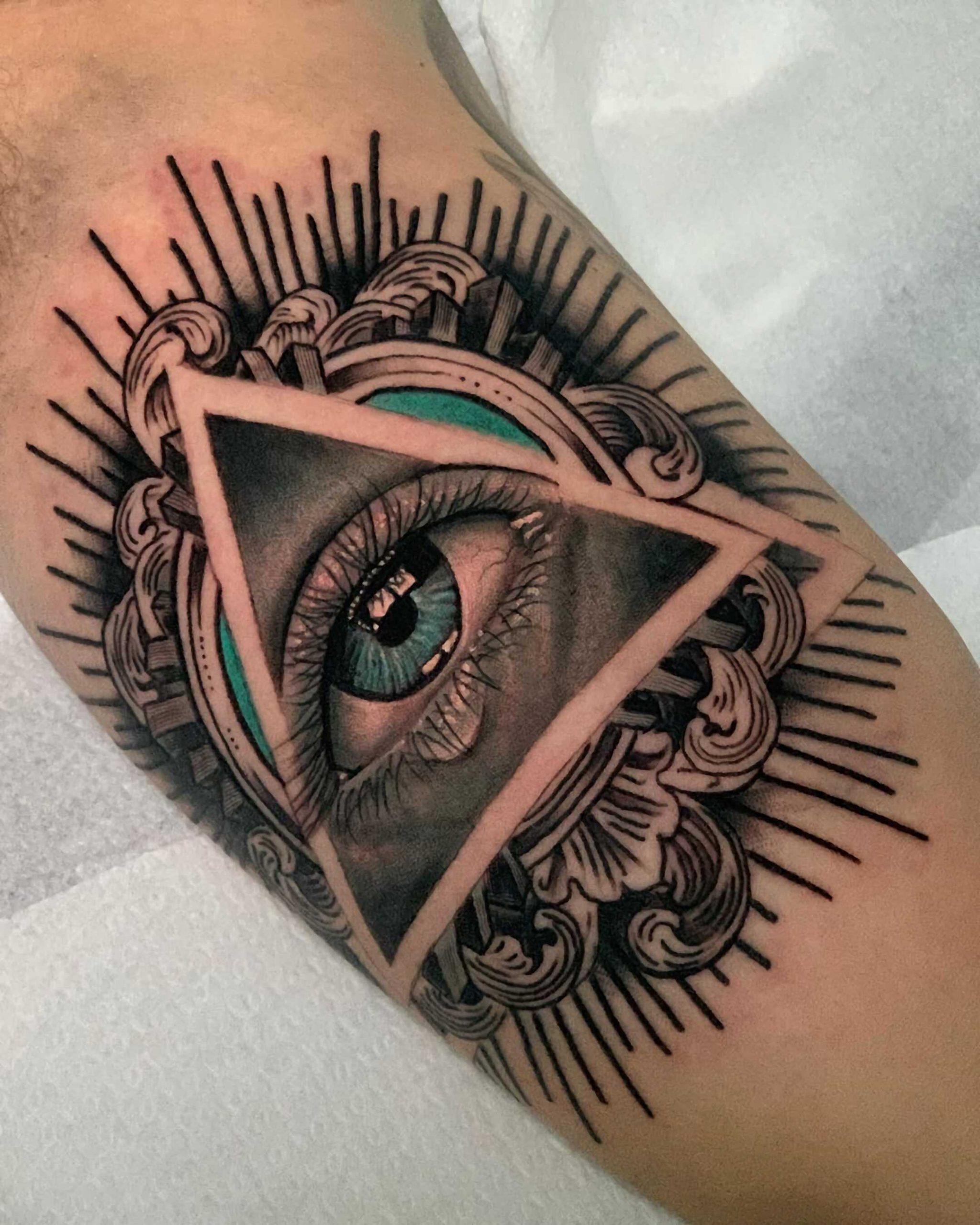 стильное тату всевидящего глаза на руке