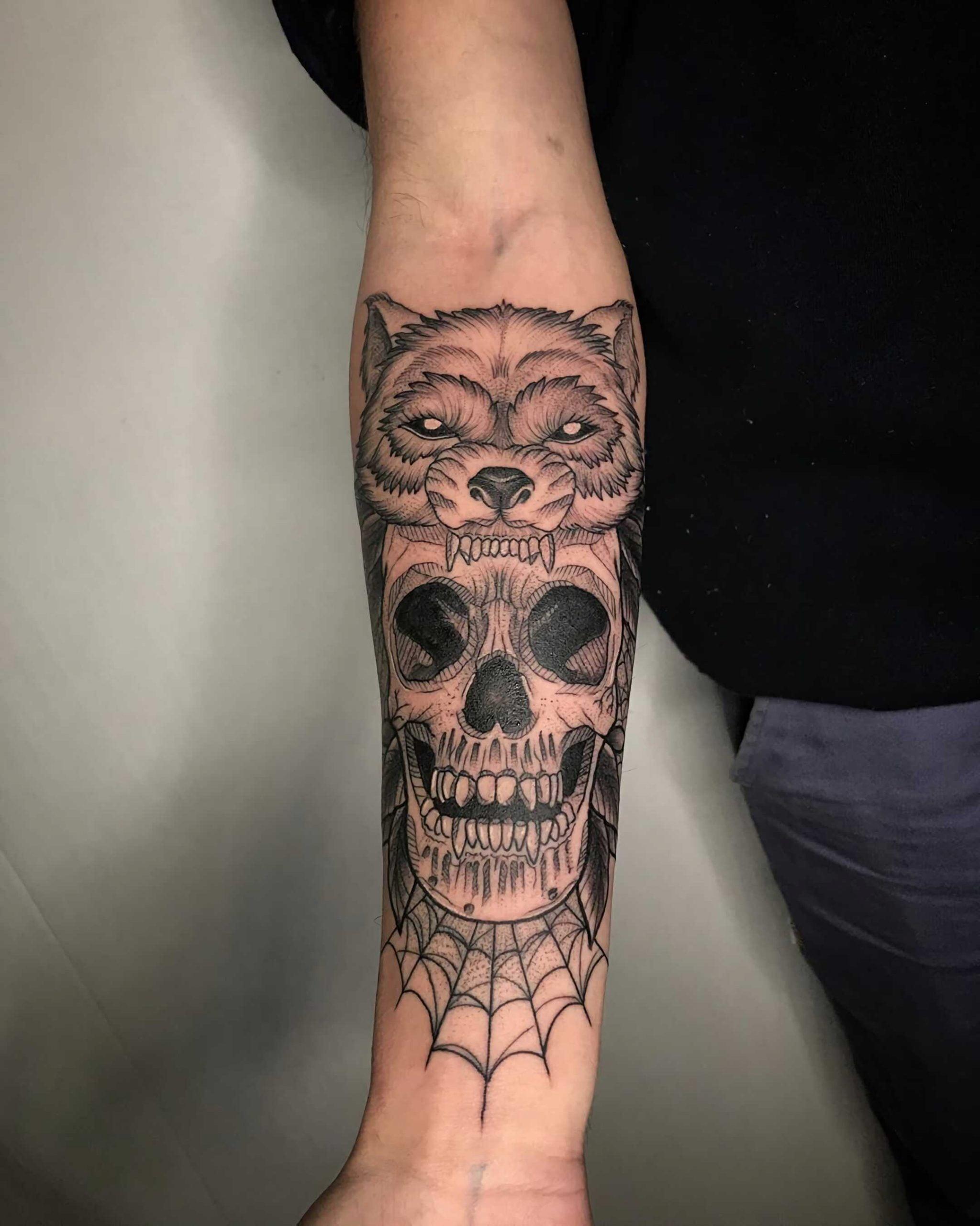 модная татуировка черепа на руке