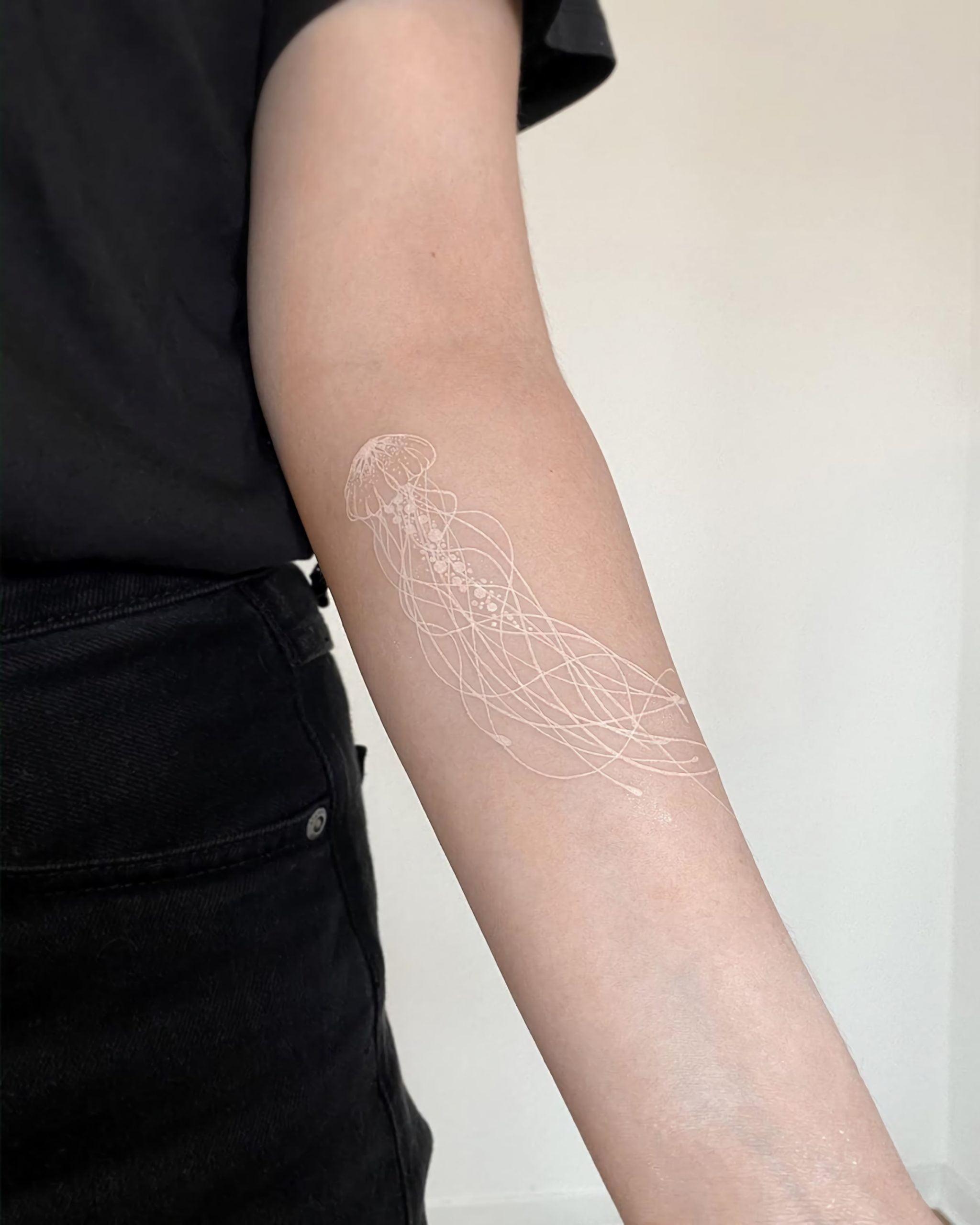 белое тату медузы на руке
