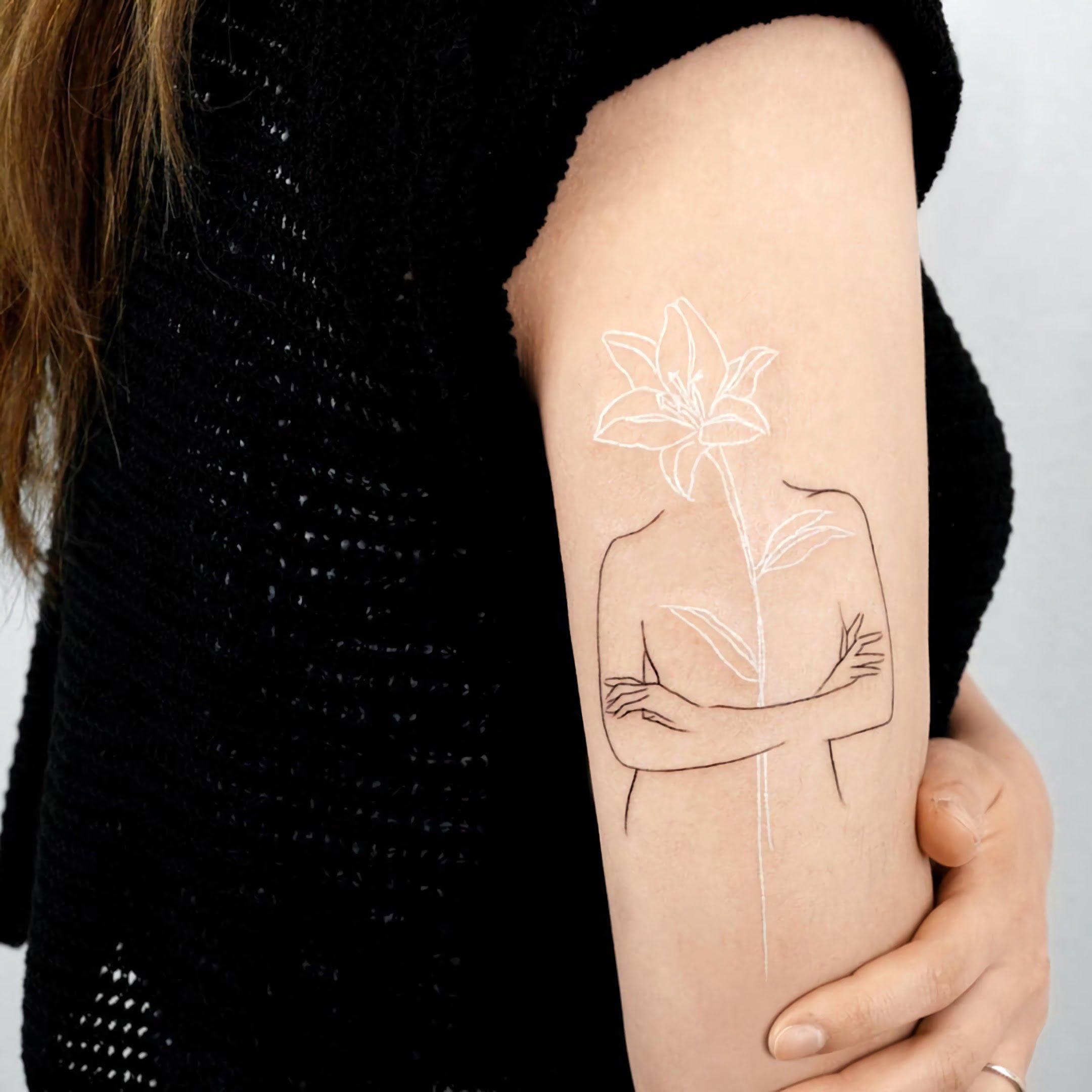 модная белая татуировка цветка лилии на руке