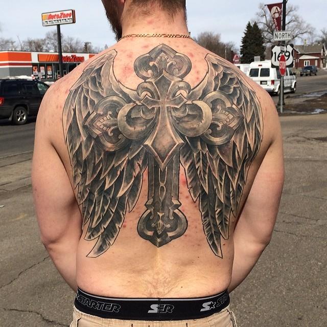 крест с крыльями на спине