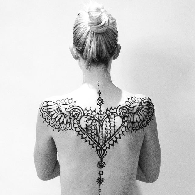 татуювання для дівчат серце з крилами на спині