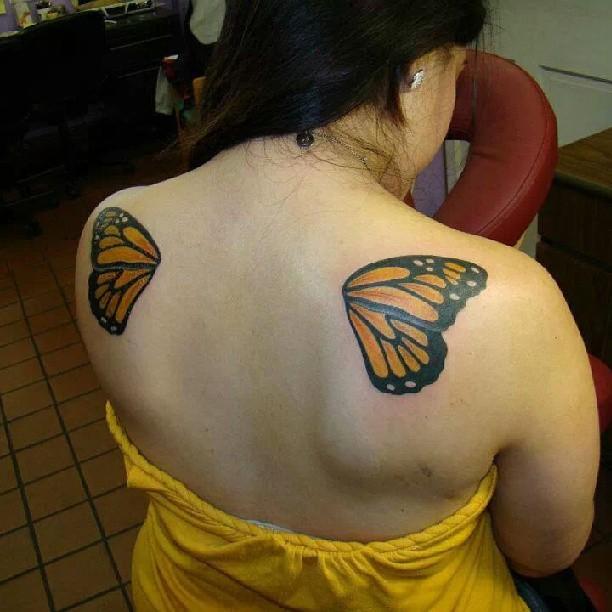 крылья бабочки тату на спине