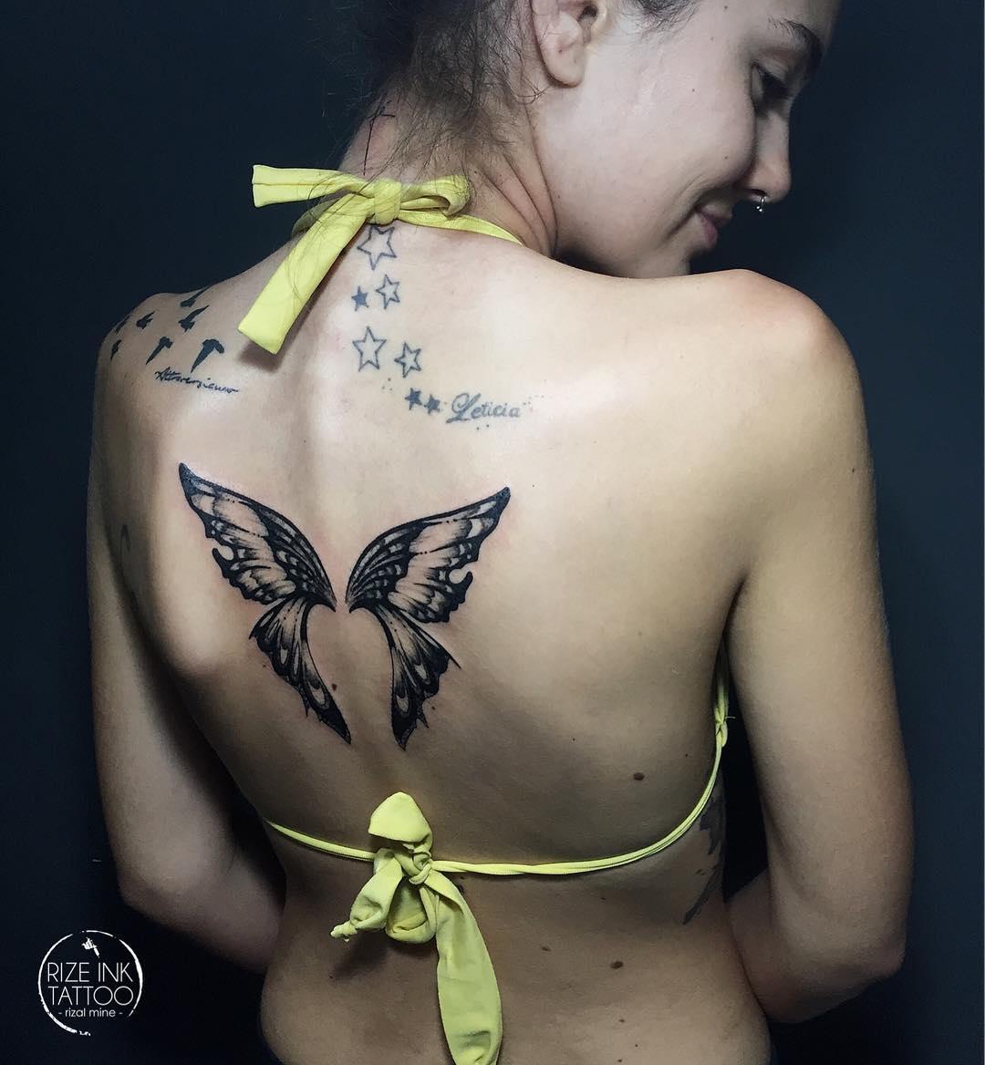 женская татуировка с крыльями бабочки