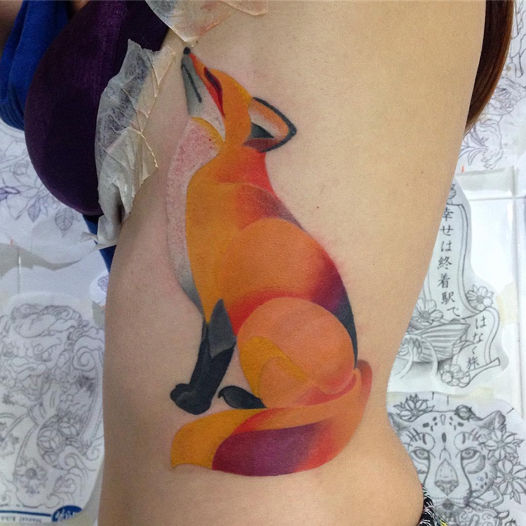 татуювання рудої лисиці під грудьми