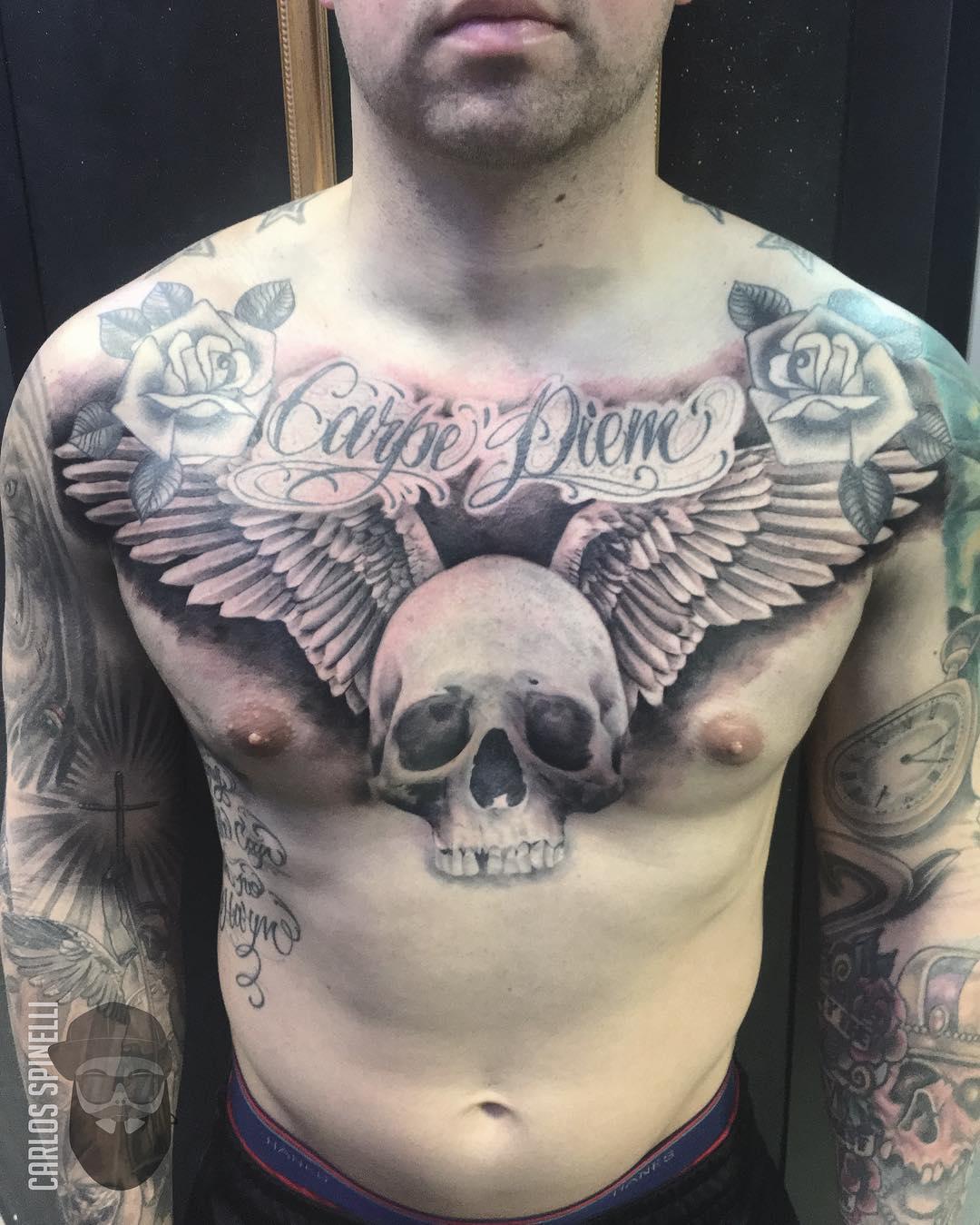 татуировка черепа с крыльями на груди