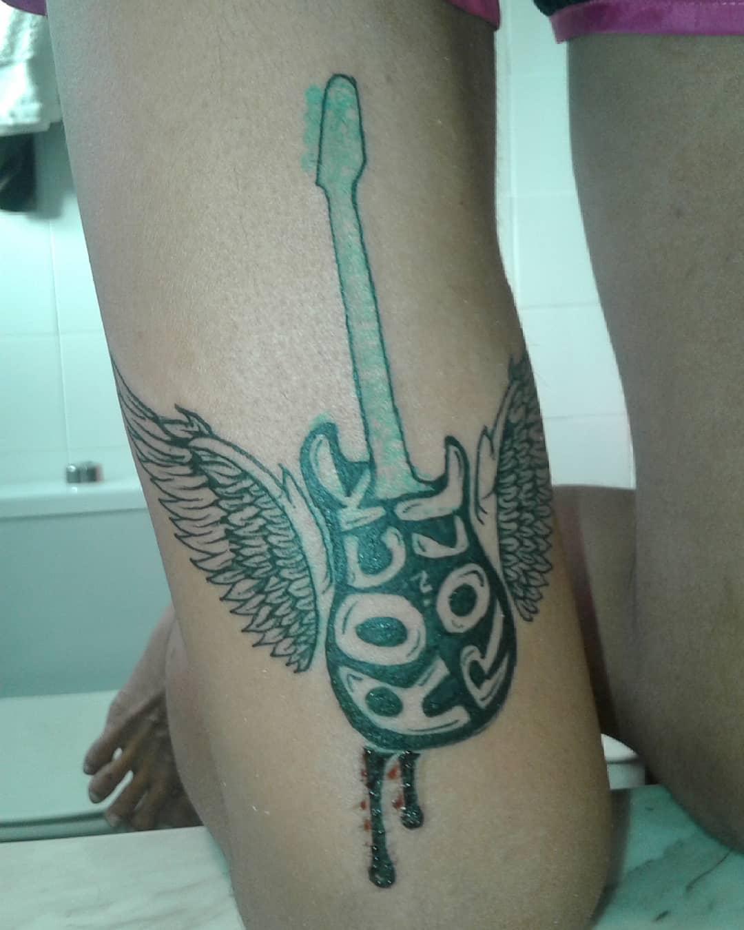 татуировка гитары с крыльями