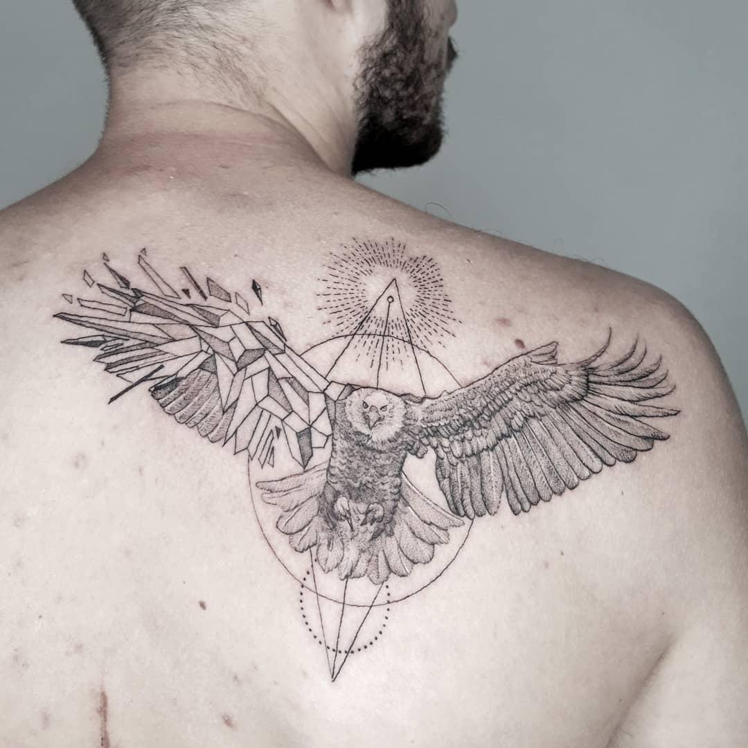 татуювання орла з зламаними крилами