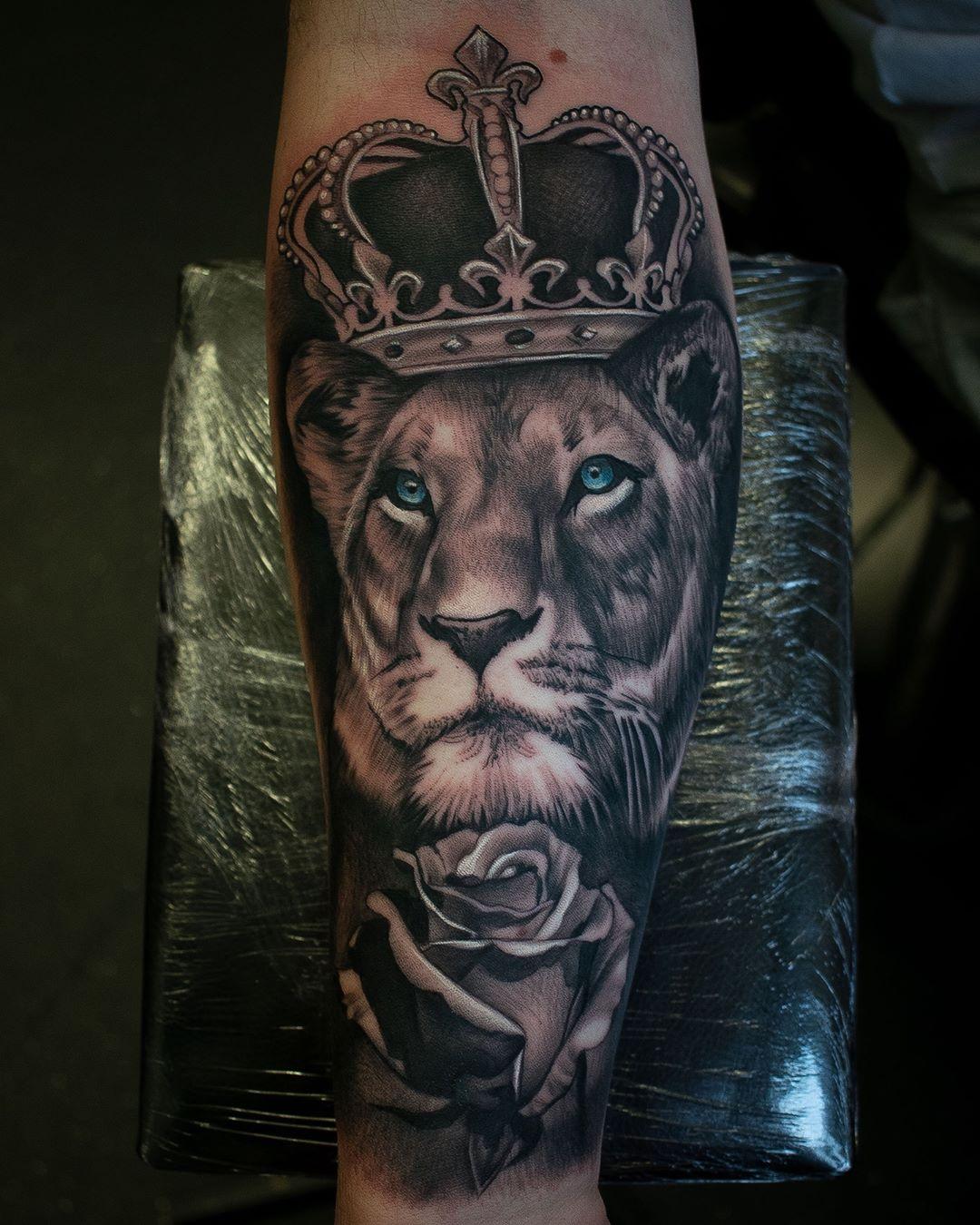 татуювання лева з короною і трояндою на руці