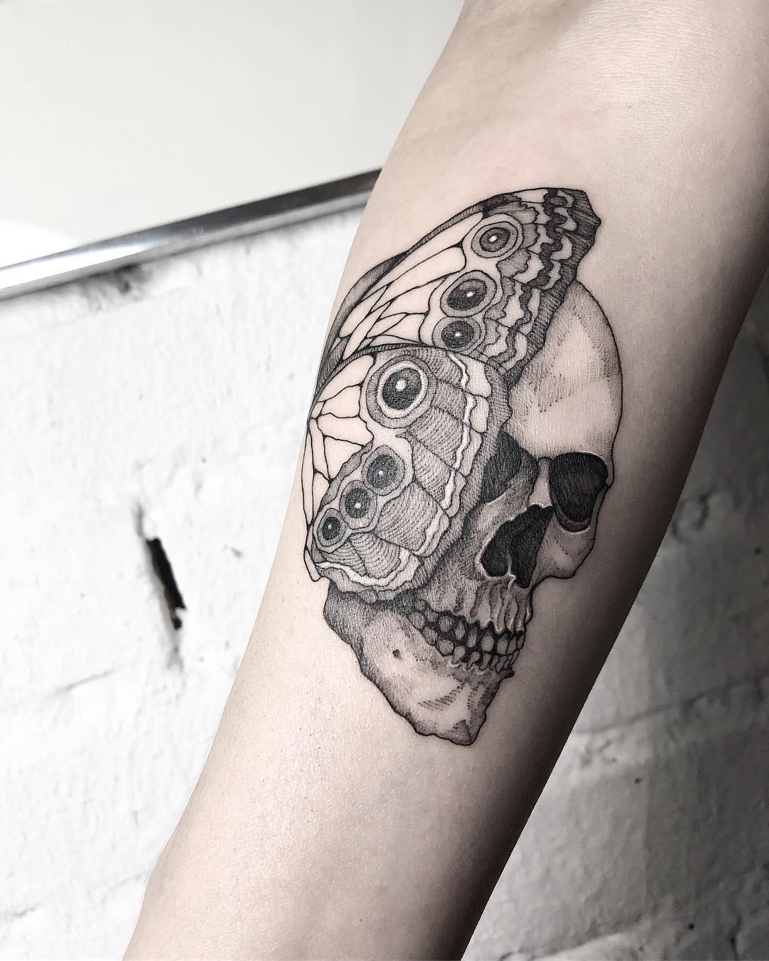 татуировка бабочки и черепа на руке