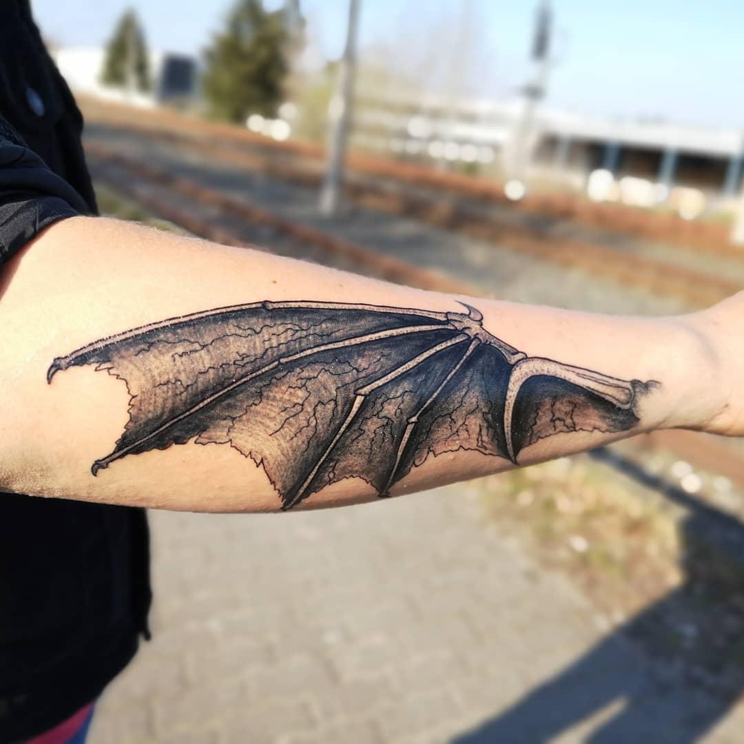 крыло летучей мыши на руке