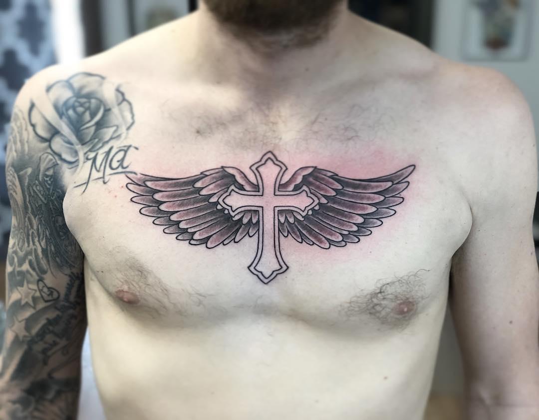 тату крест с крыльями на груди
