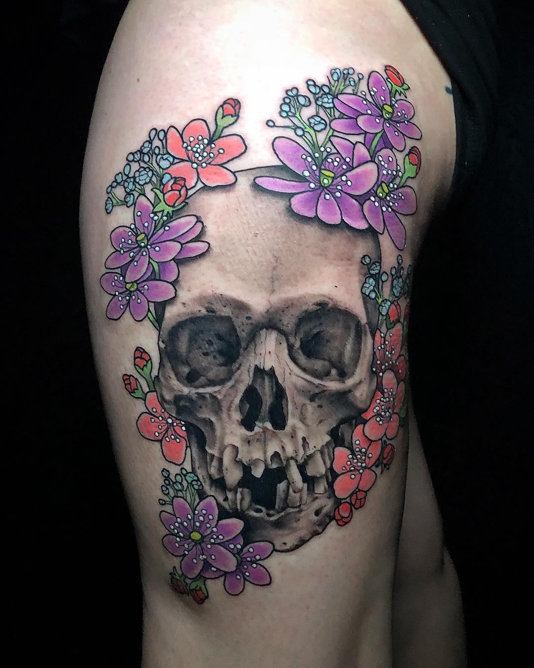 череп и разноцветные цветы