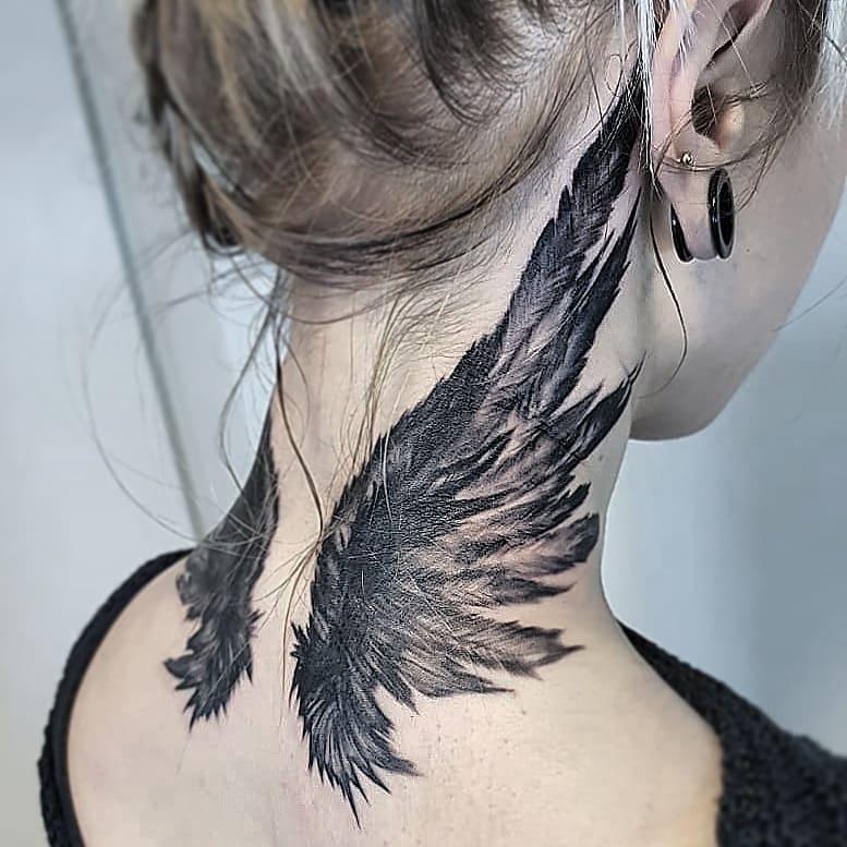 тату крыльев на шее