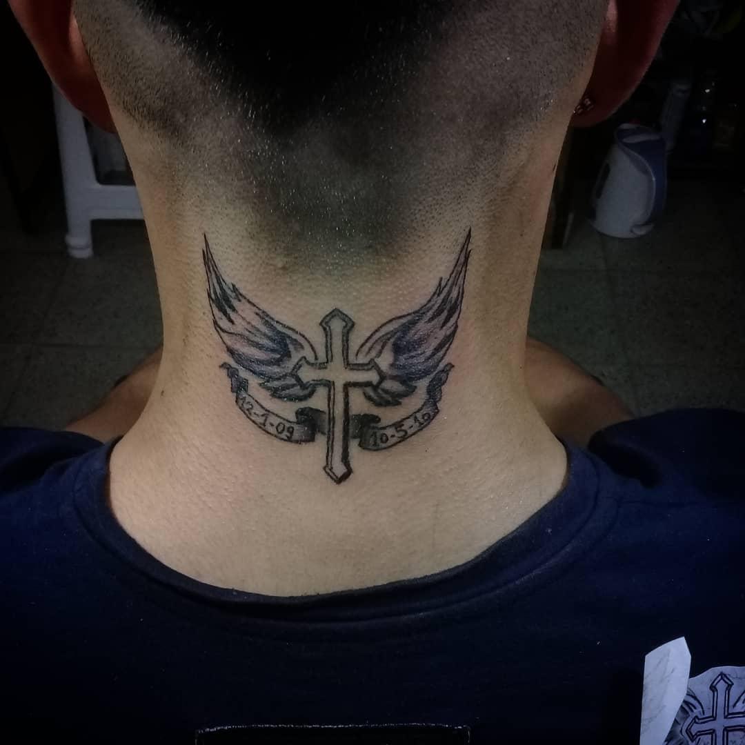 крест с крыльями на шее
