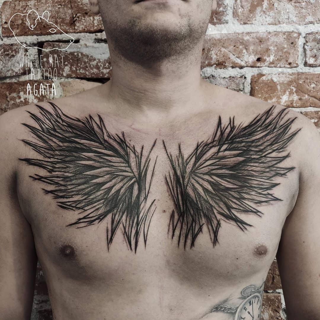 татуировка крыльев птицы на груди