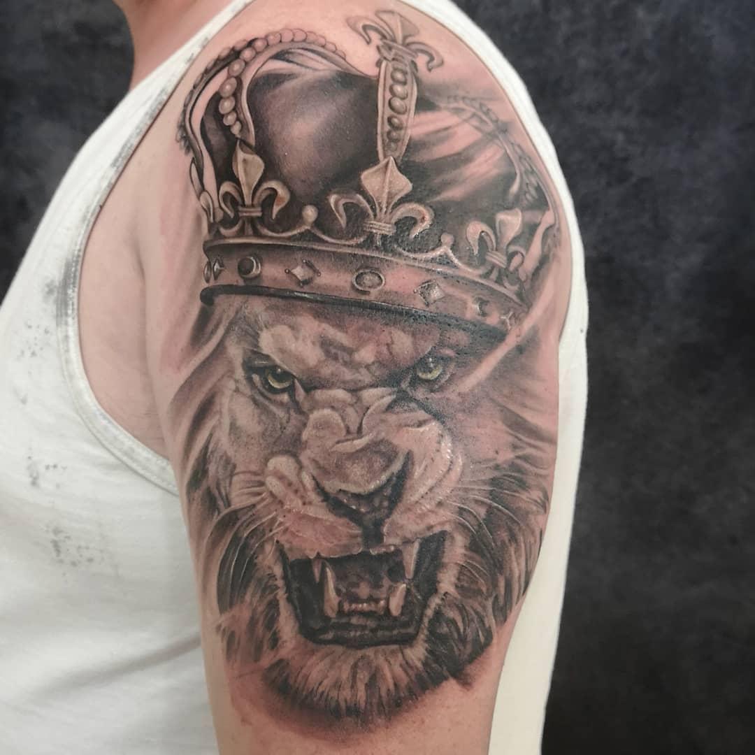 чоловіче татуювання лева на передпліччя