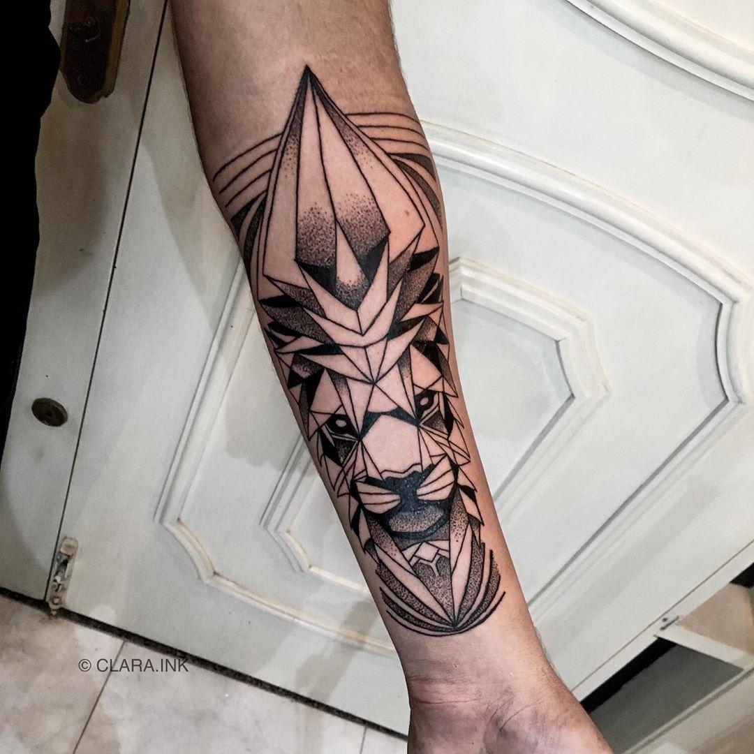 геометричне татуювання лева на руці