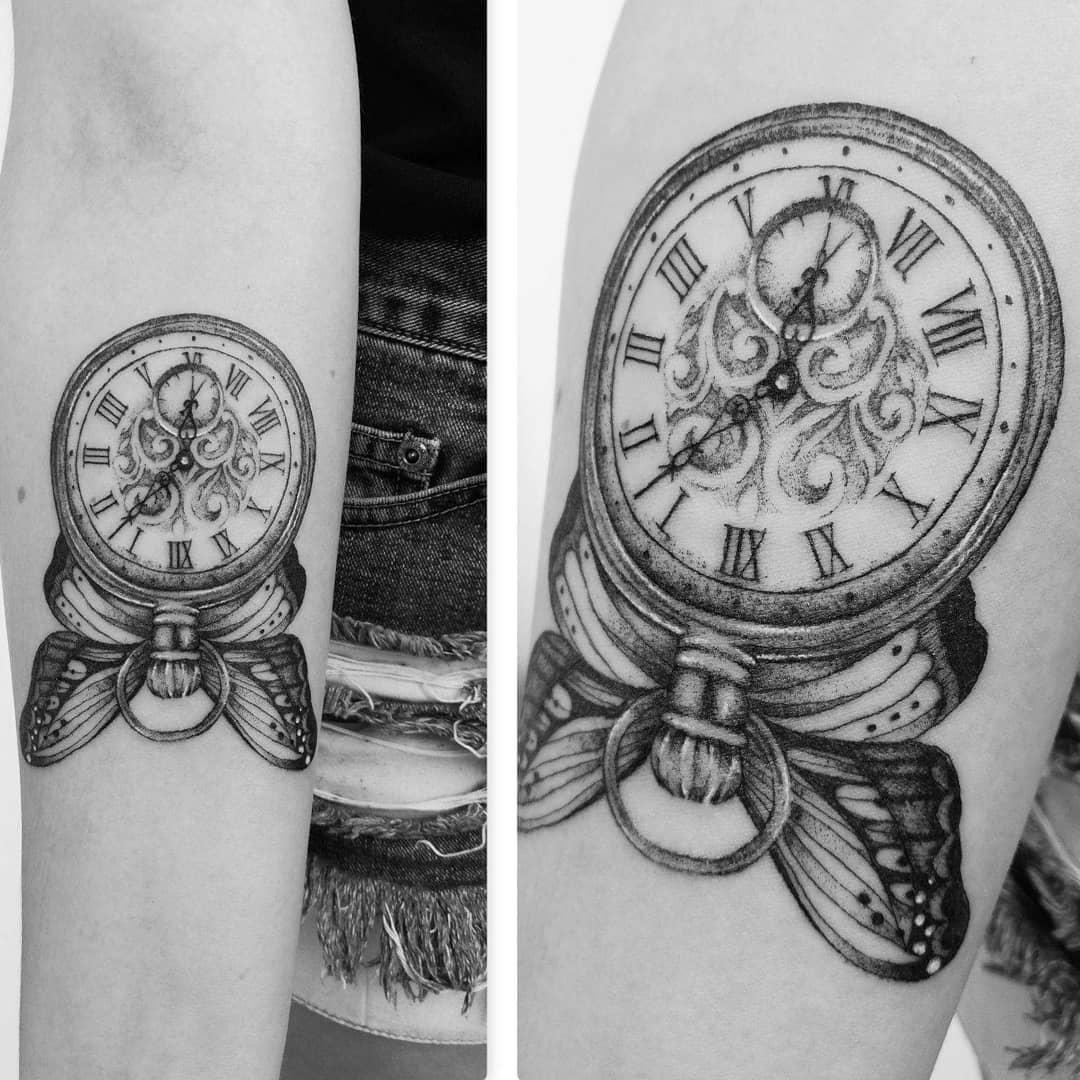 крылья бабочки и часы тату