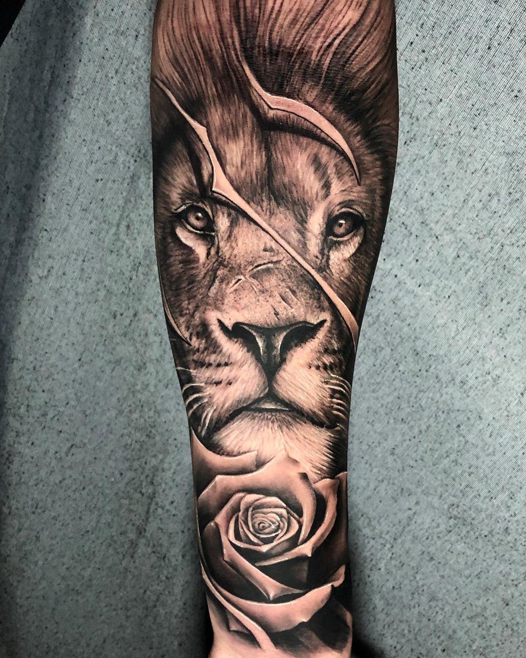 татуювання лева і троянди на руці