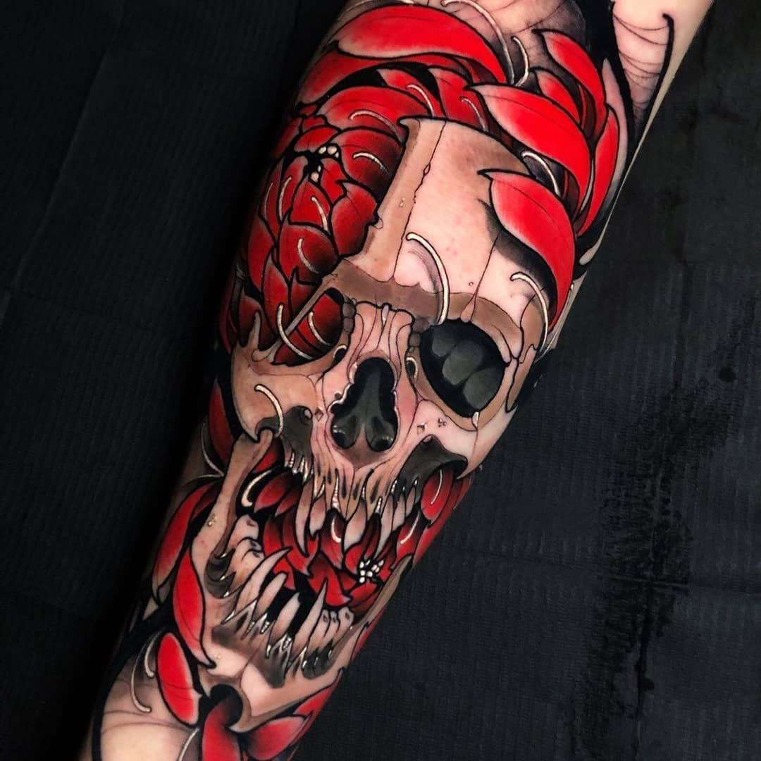 татуировка черепа и цветов