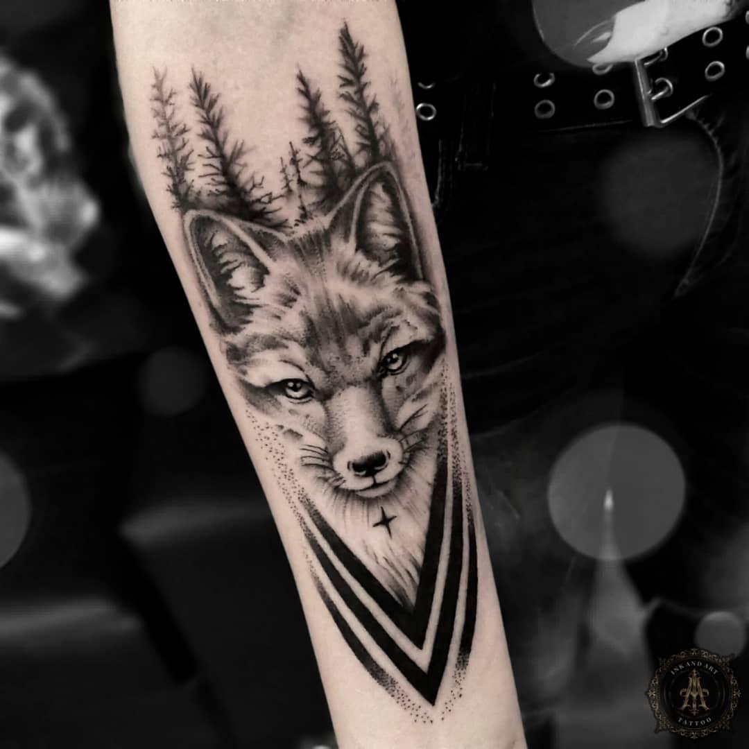 татуювання лисиці і лісу на руці