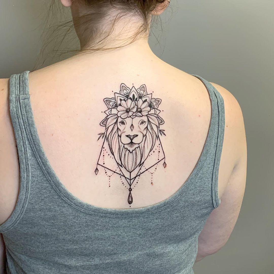 геометричне татуювання лева на спині