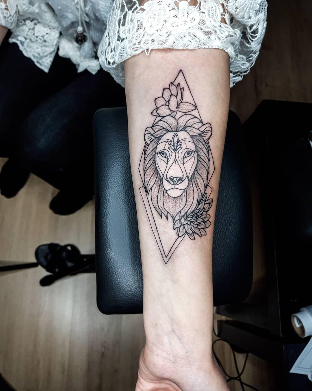 жіноче геометрична татуювання лева