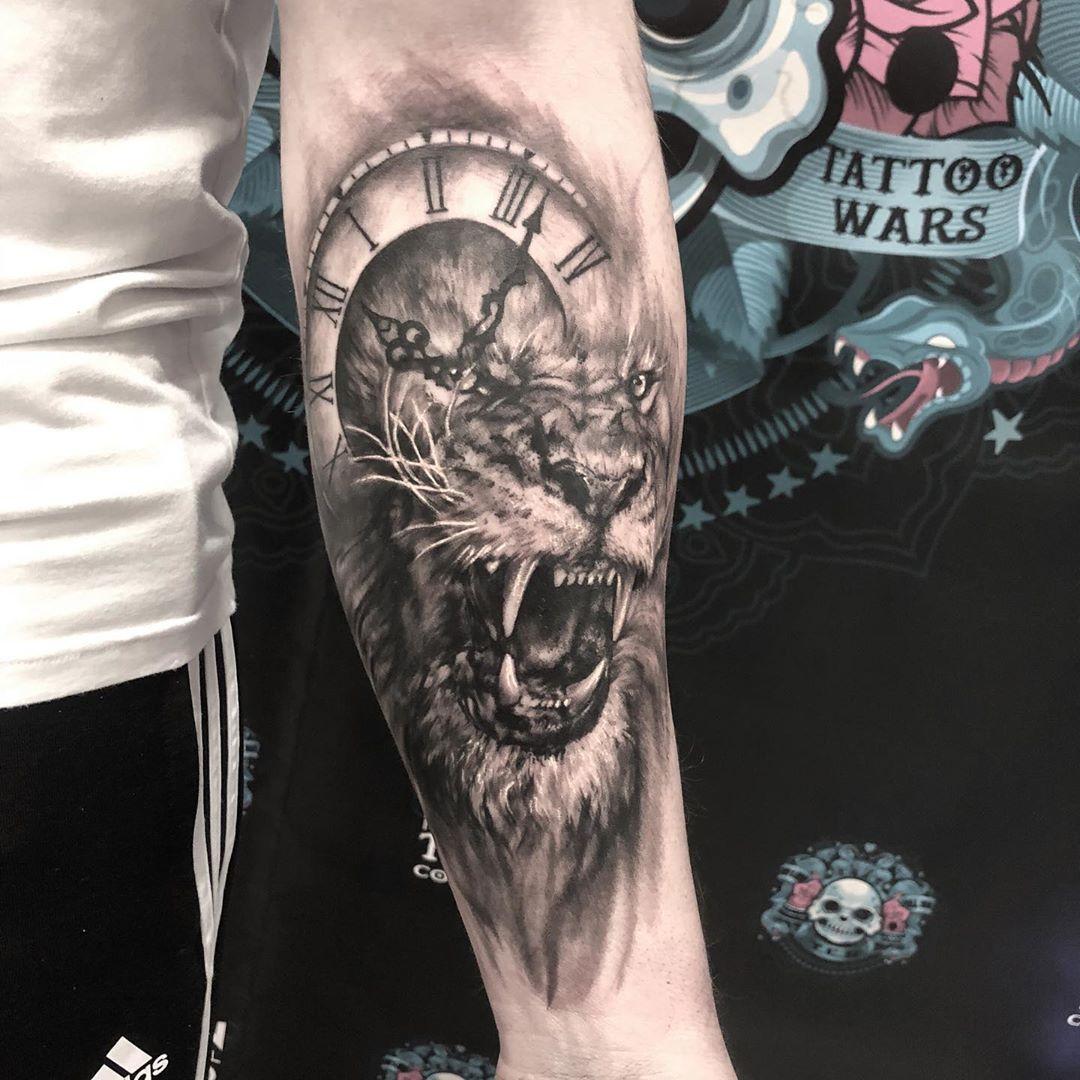 татуювання гарчащого лева і годинника на руці