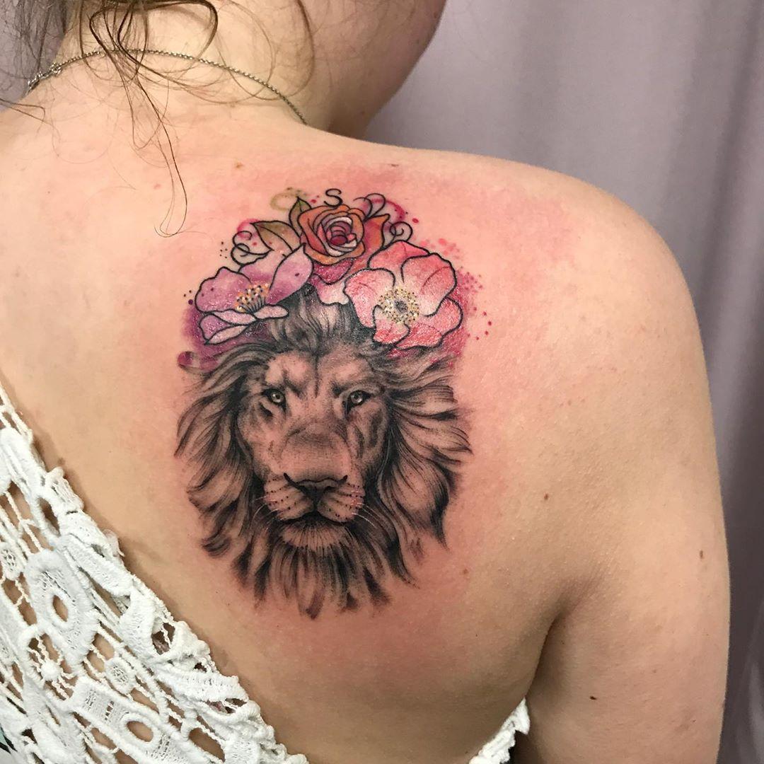 лев з квітами на спині