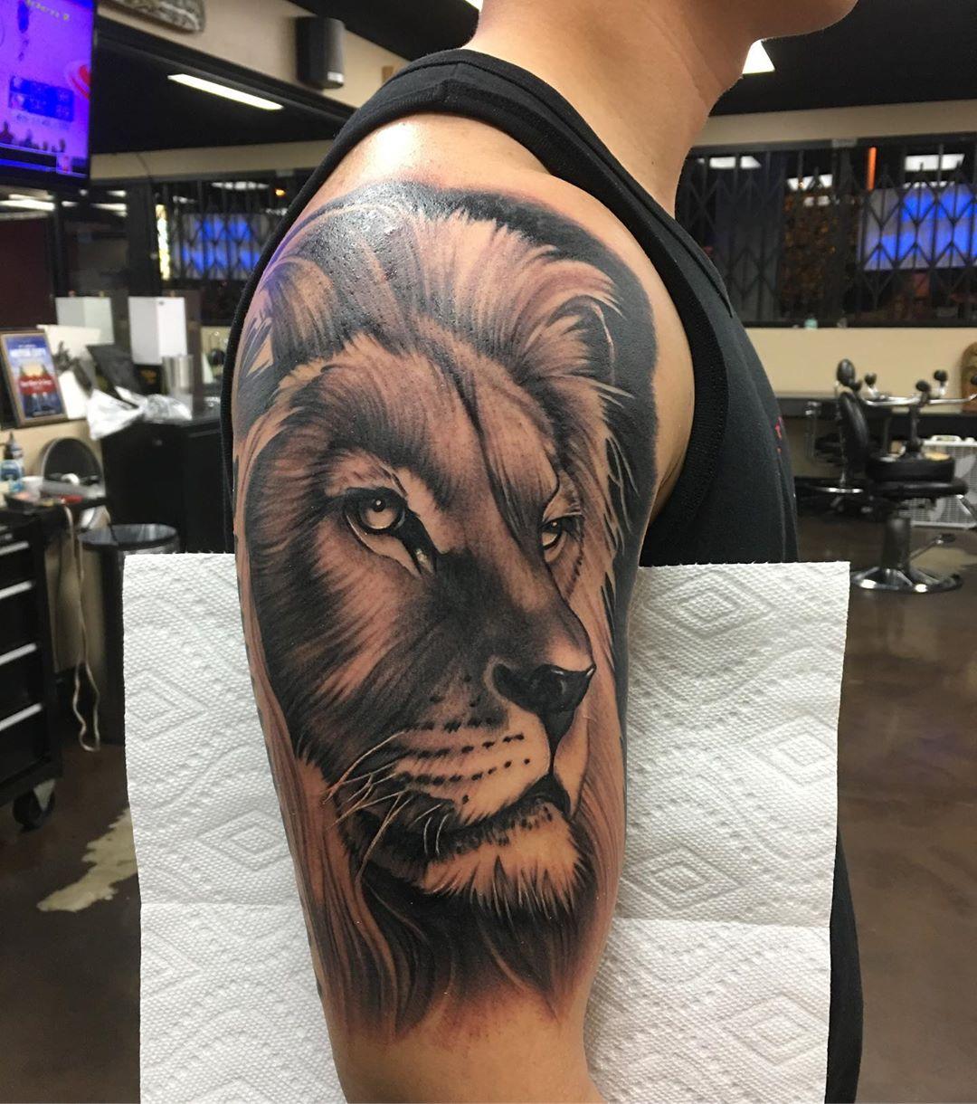 реалістичне татуювання лева для чоловіків