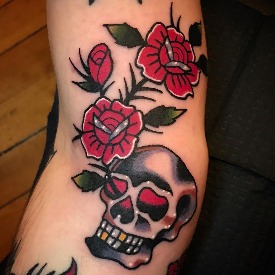 татуировка красной розы и черепа