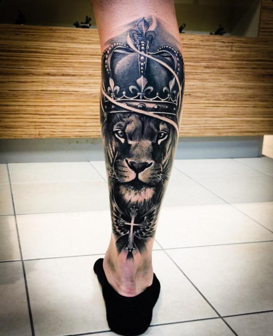 татуювання лева з короною на нозі