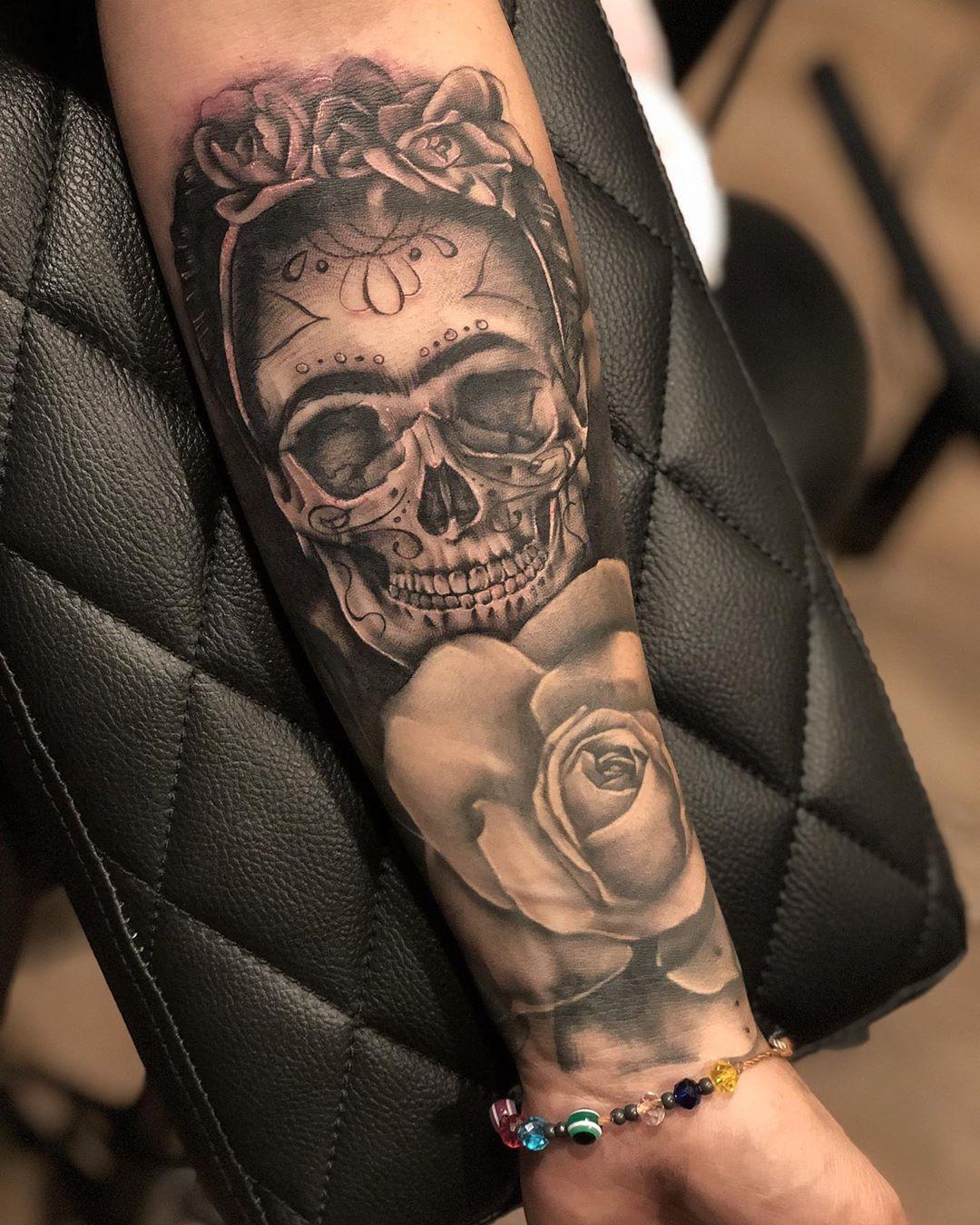 татуировка черепа и розы