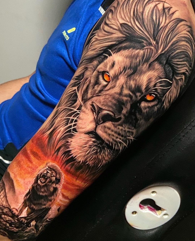 татуювання реалістичного лева на руці
