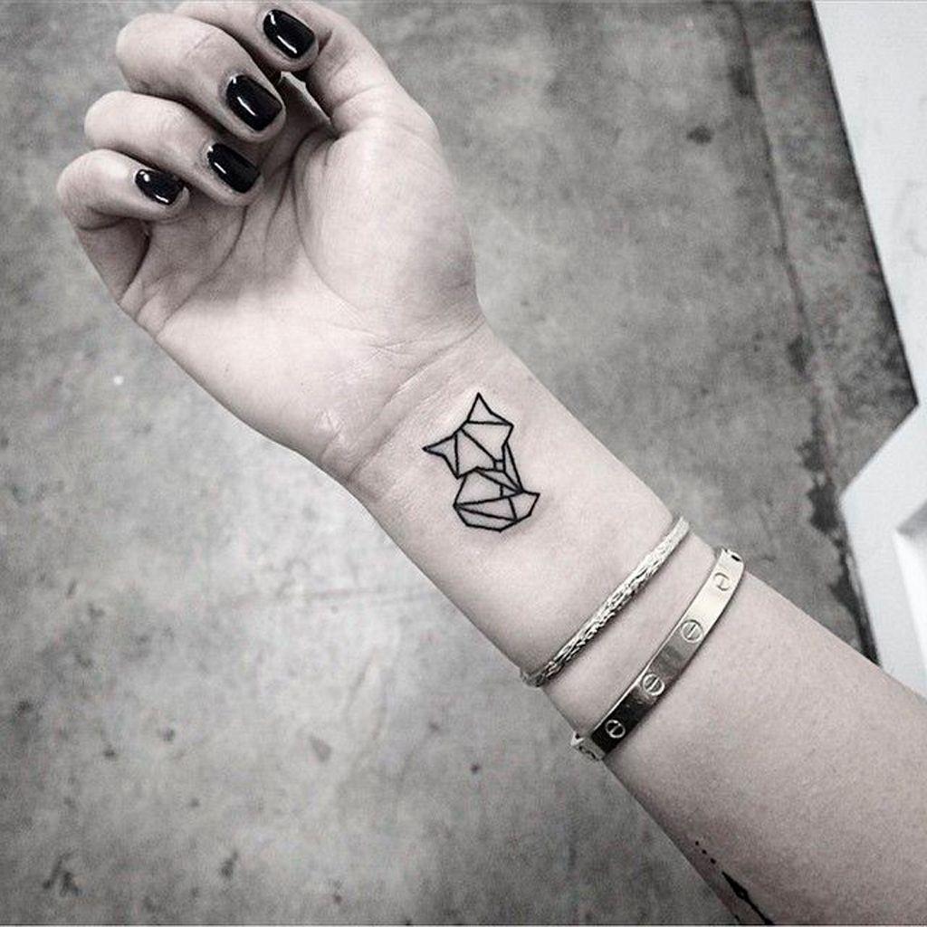 мінімалістичне татуювання лисиці на зап'ясті