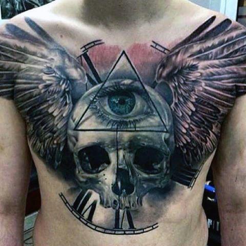 тату символів і черепа з крилами на грудях