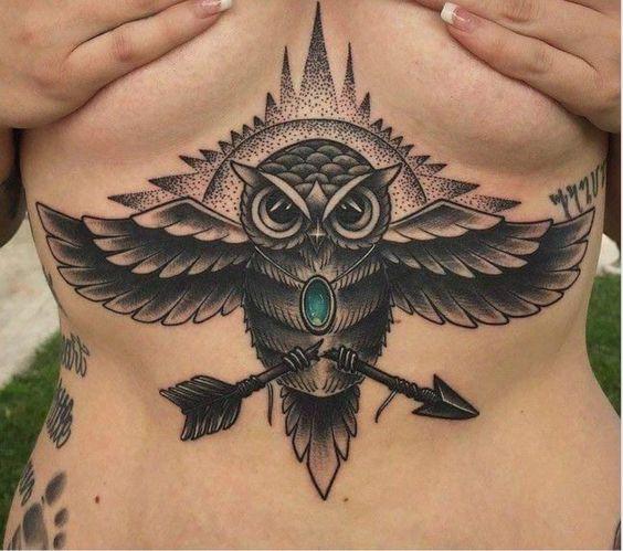 женская татуировка совы под грудью