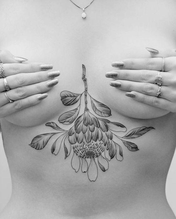 тату цветка под грудью
