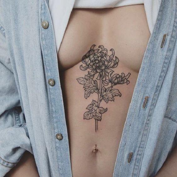 татуировка хризантем под грудью
