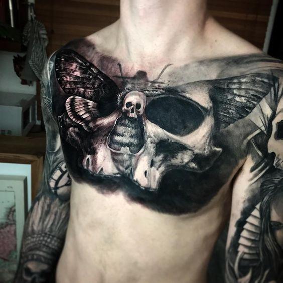 череп і цикада татуювання на грудях