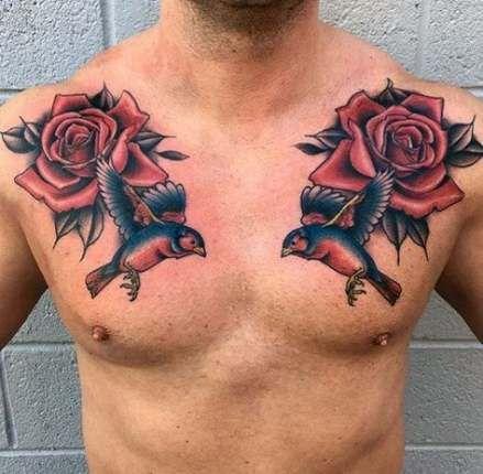 тату троянд і птахів на грудях