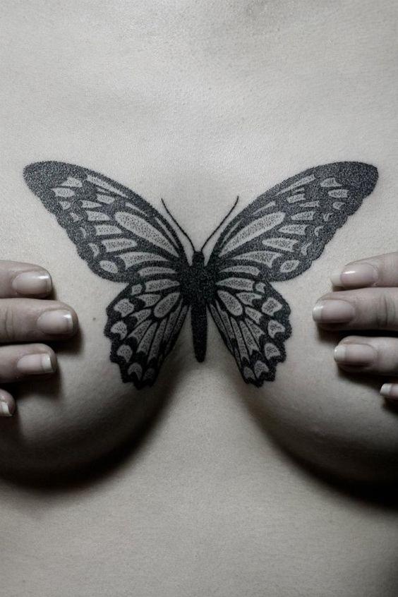 татуировка бабочки под грудью