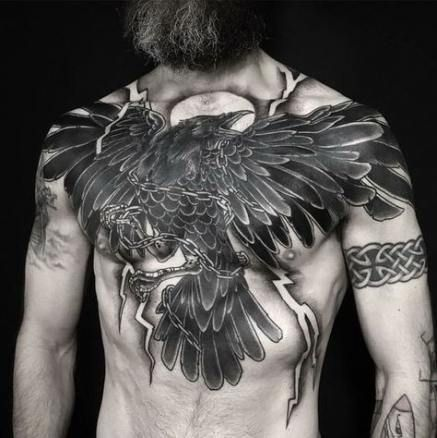 символічне татуювання в стилі вікінгів