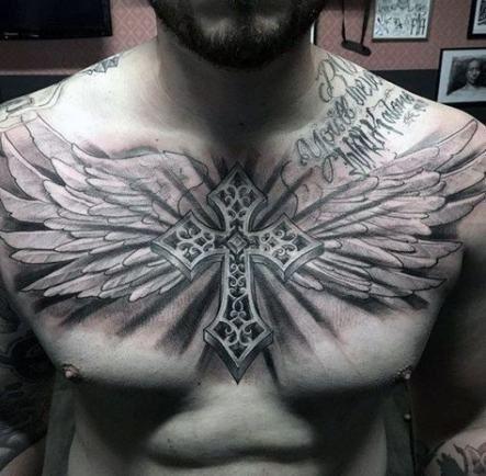 татуювання хреста з крилами на грудях